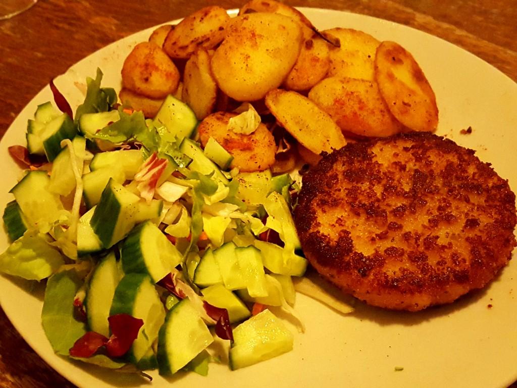 zalmburger, sla gebakken aardappelen