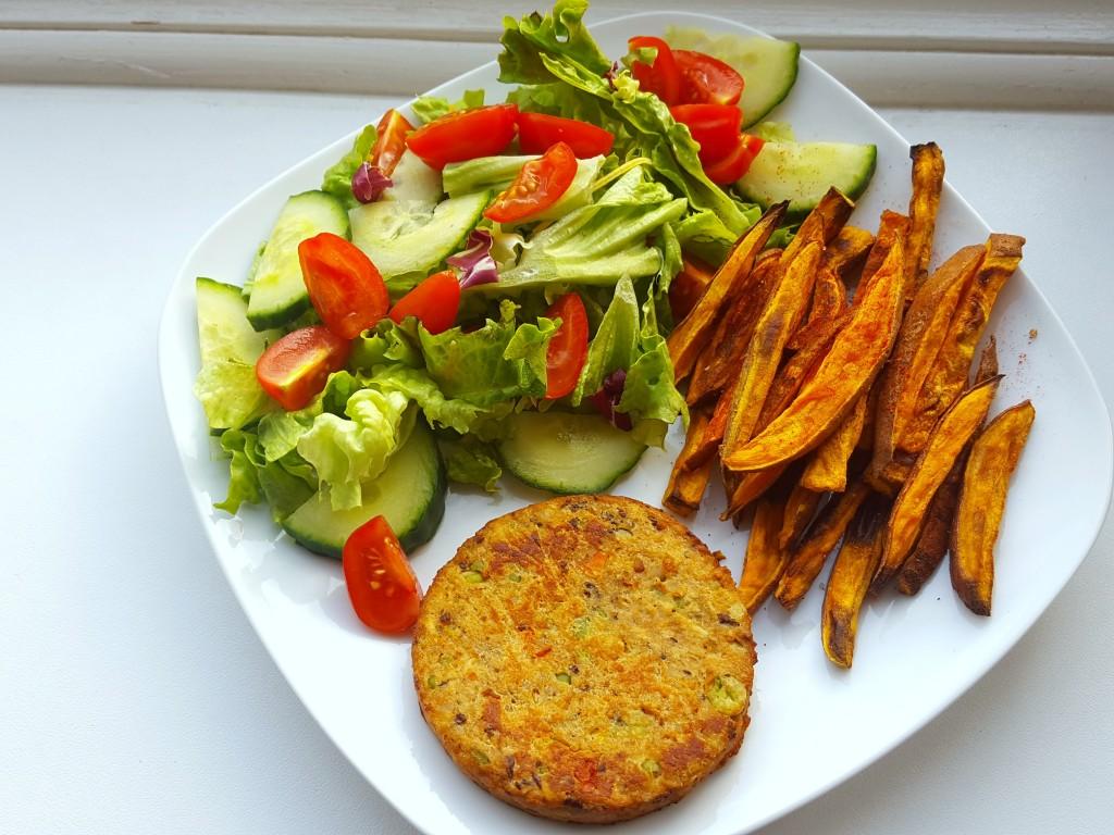 healthy food zoete aardappel sla bonenburger