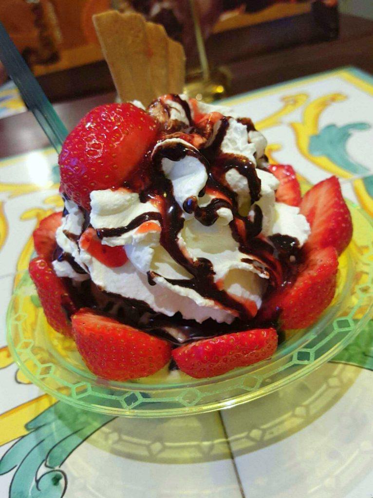 ijs met aardbeien