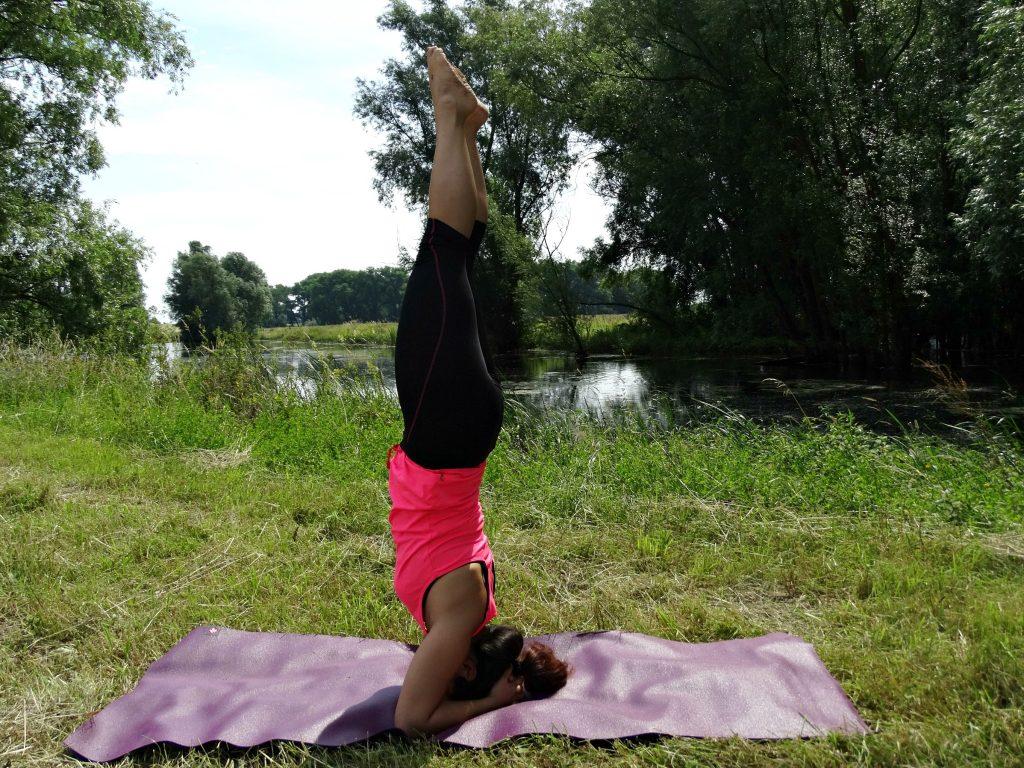head stand yoga op reis