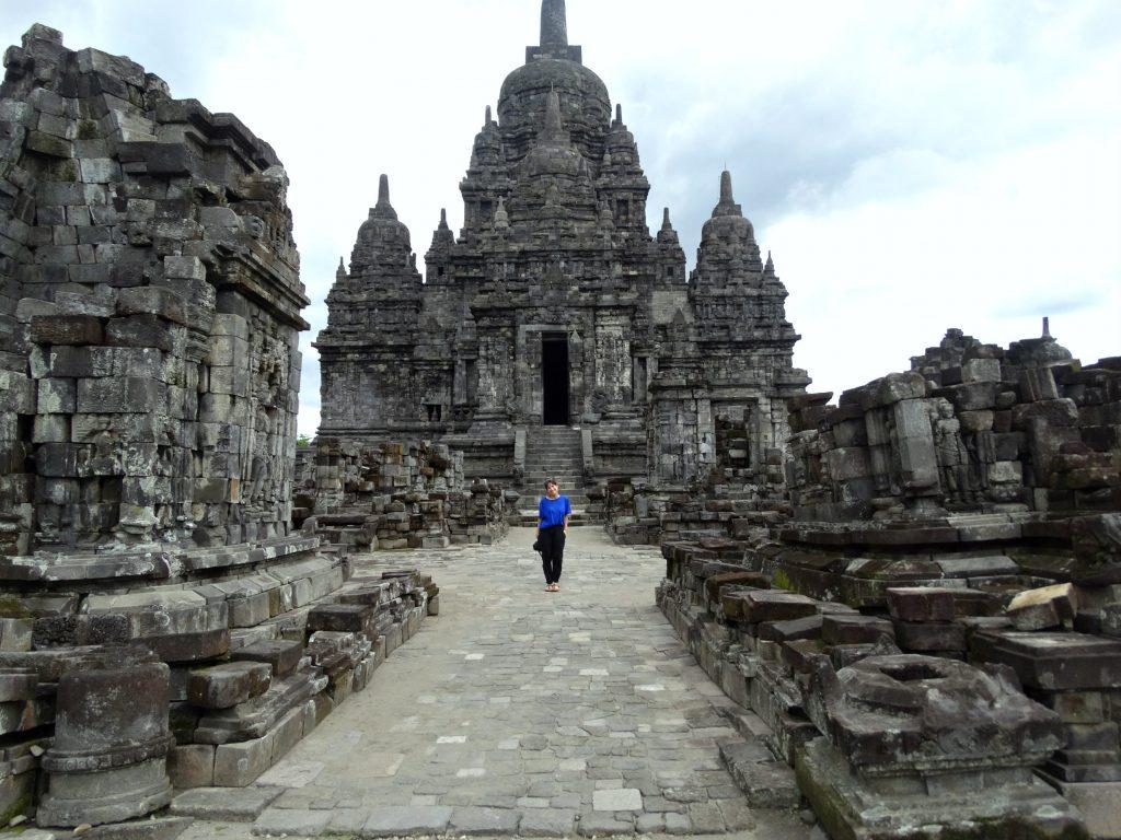 koffer handbagage rugzak of schoudertas indonesie reizen prambanan