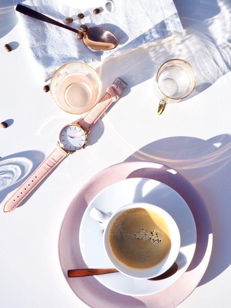 horloge roze sieraden koffie jess-watters-736607-unsplash