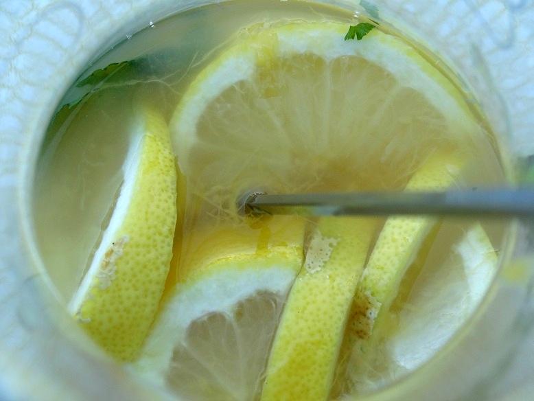 homemade groene mango ijsthee met citroen