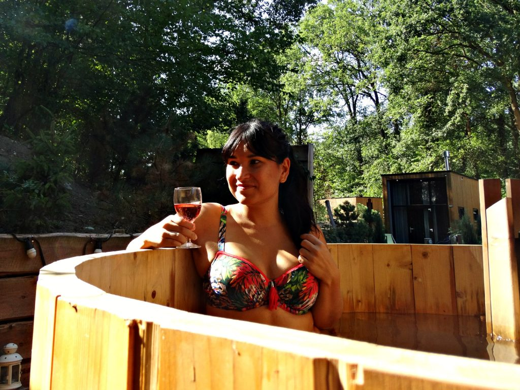 hot tub overnachten in tiny houses rose bikini prima donna