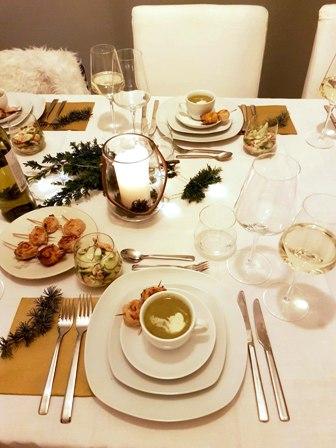 kerstdiner tafel vol eten opmaken