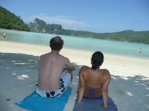 Samen met mijn vriend genieten van het prachtige uitzicht op Koh Phi Phi, Thailand