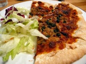 Verse tonijn pizza met saaie sla