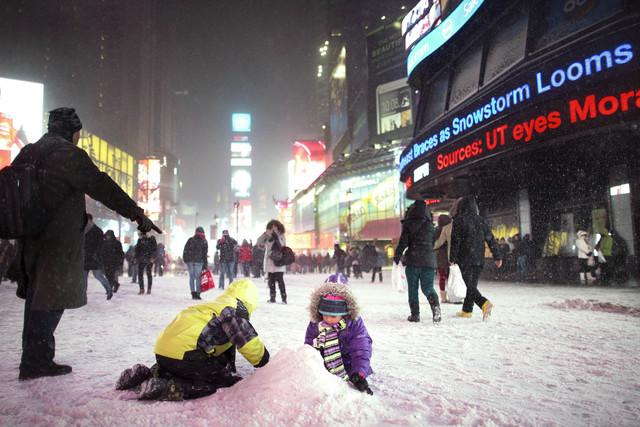 Kinderen bouwen een sneeuwpop op Times Square