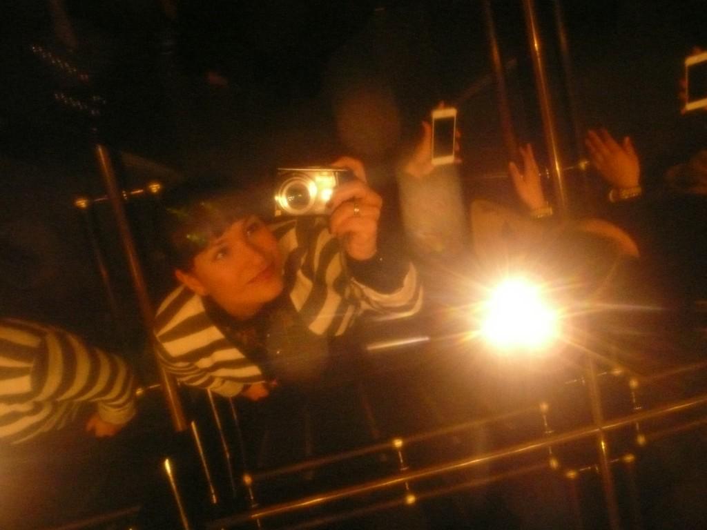 Selfie in de lift via het plafond