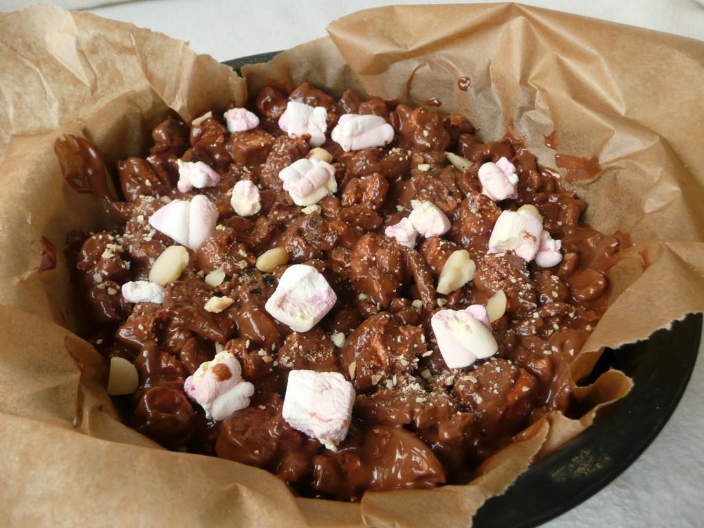 De chocolade versierd met marshmallows