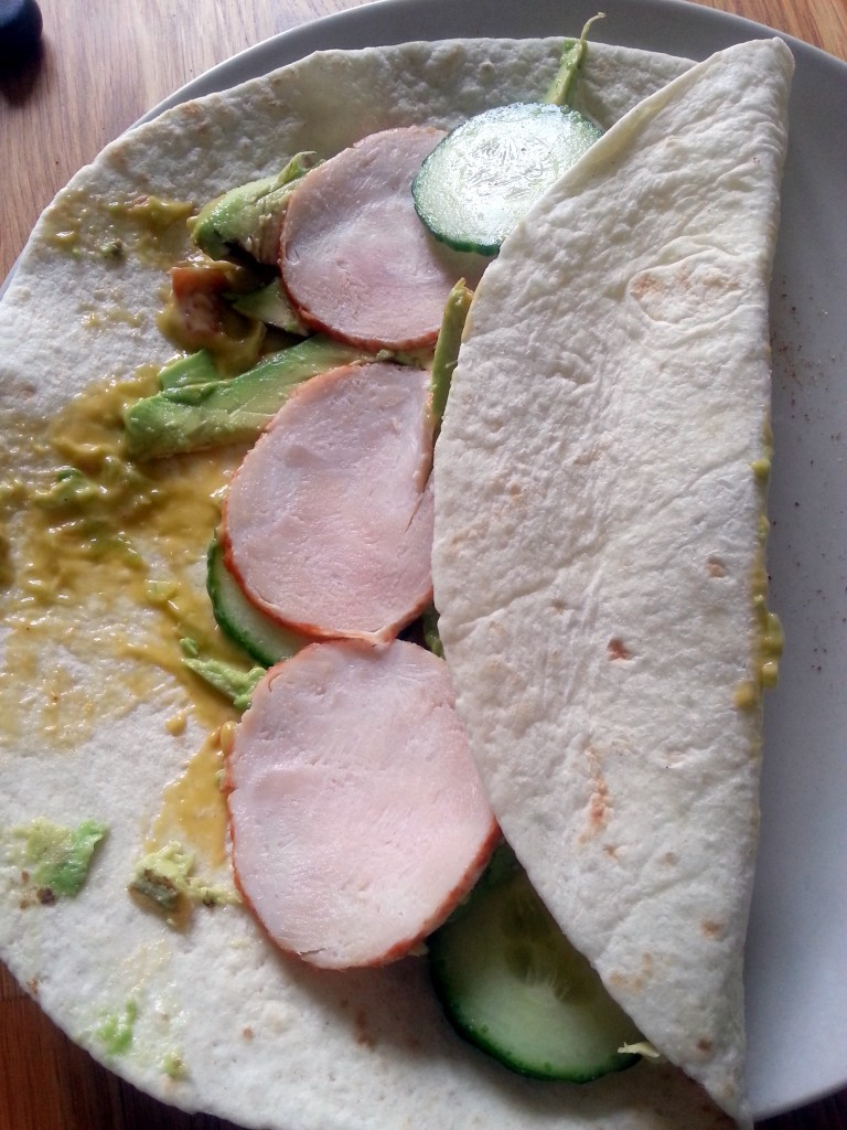 Wrap met sla, avocado, komkommer en gerookte kip als lunch