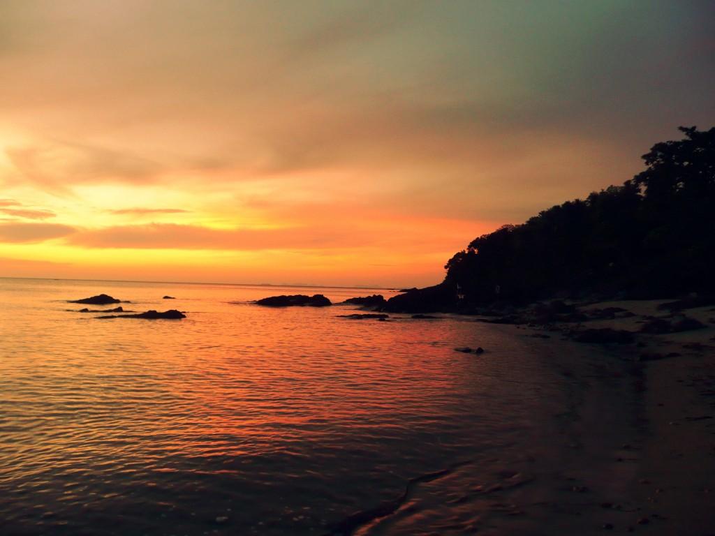 Zonsondergang op Koh Lanta digitaal ontstressen