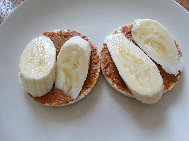 Rijstwafel met pindakaas en banaan healthy snack
