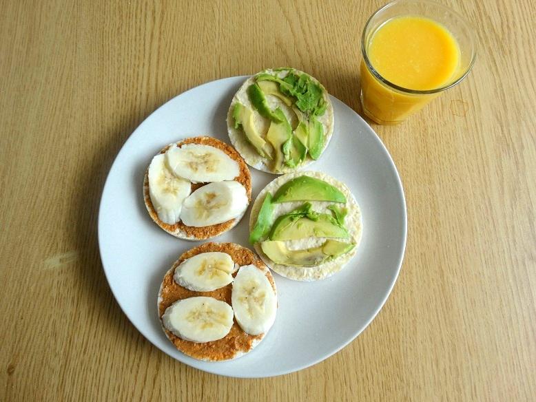 Gezonde-brunch-rijstwafels- avocado-houmous-banaan-pindakaas