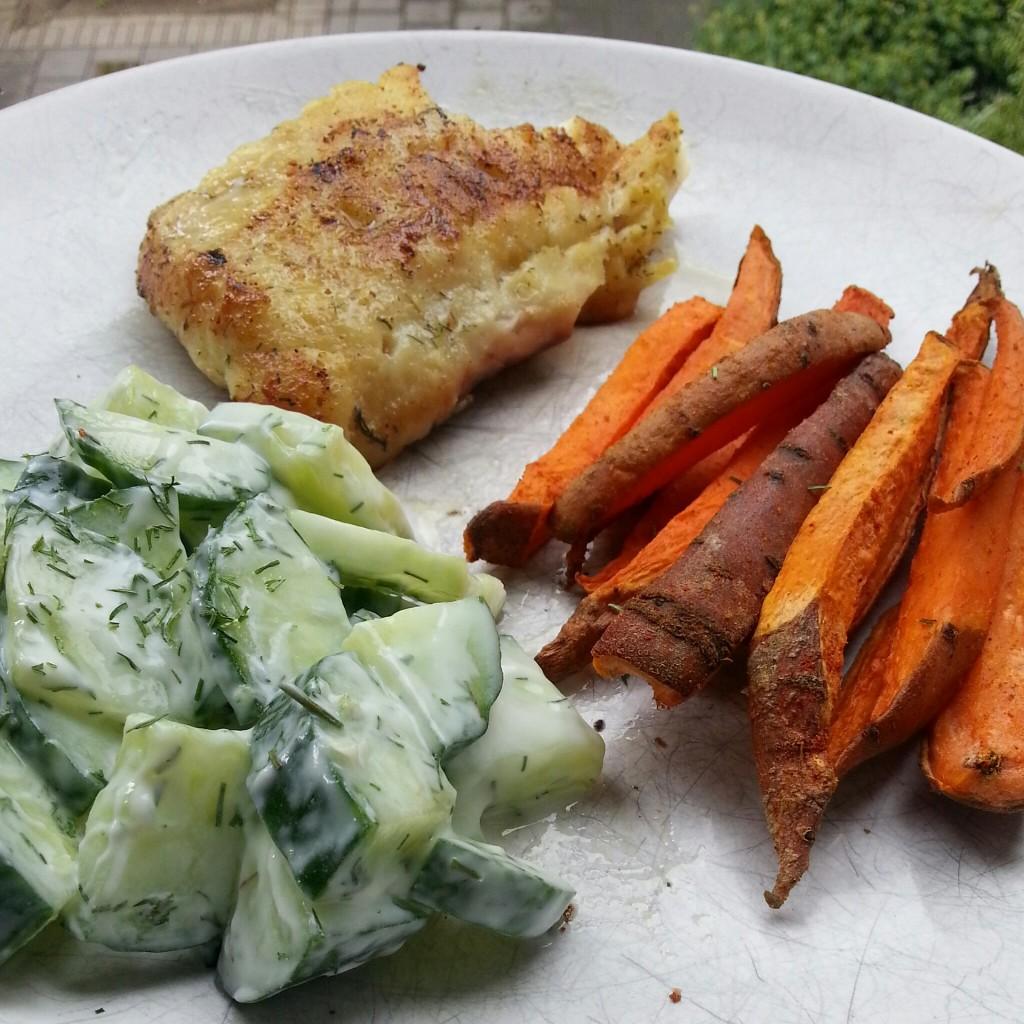 Zoete-aardappel-komkommersalade-vis-recept