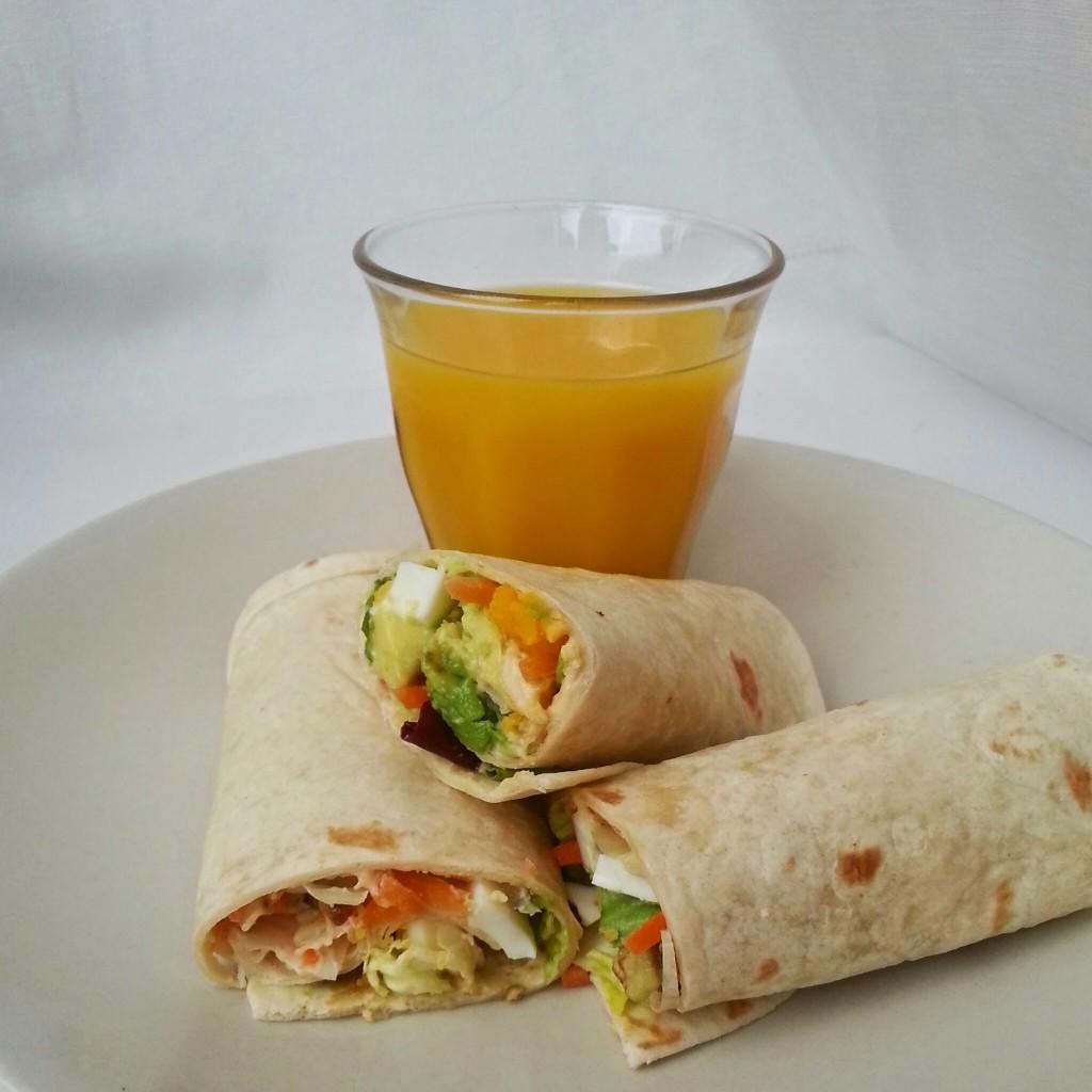 Gezonde lunch wrap met houmous avocado ei en sla