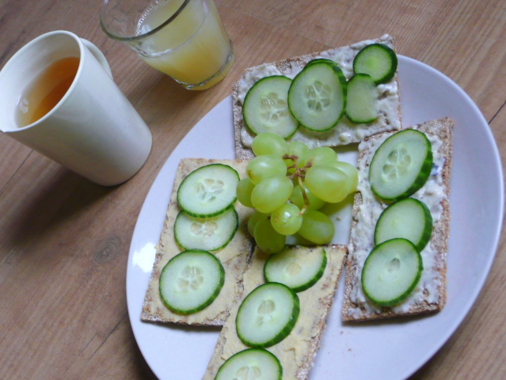 gezonde lunch wasa krackers humus komkommer