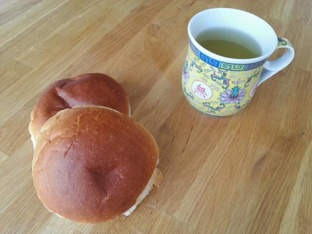 Ontbijt-witte-bollen-thee