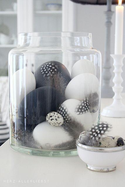 zwart-wit-veren-pasen-decoratie