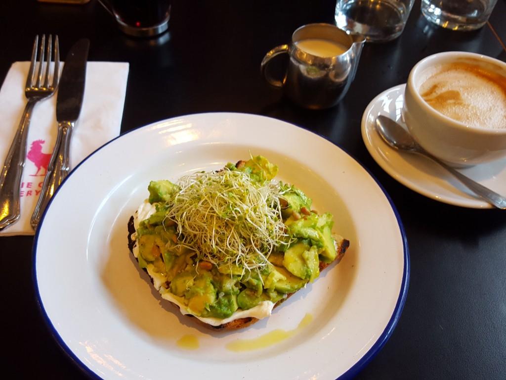 ontbijt cock avocado toast