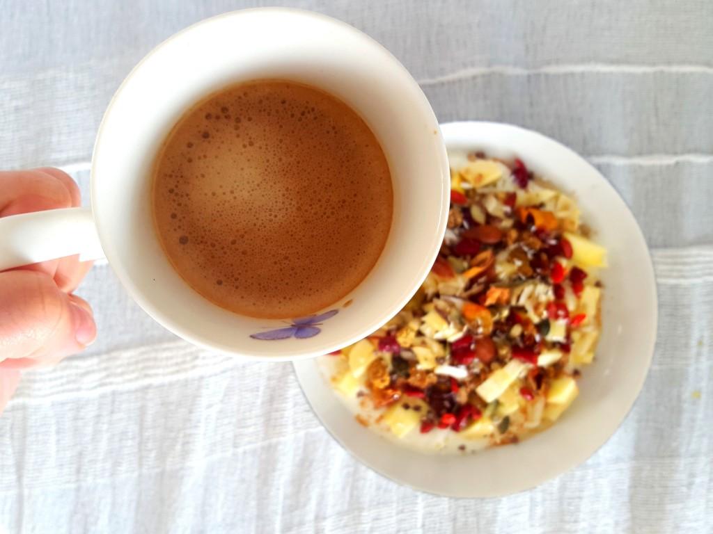 ontbijt, koffie yoghurt met fruit en superfoods