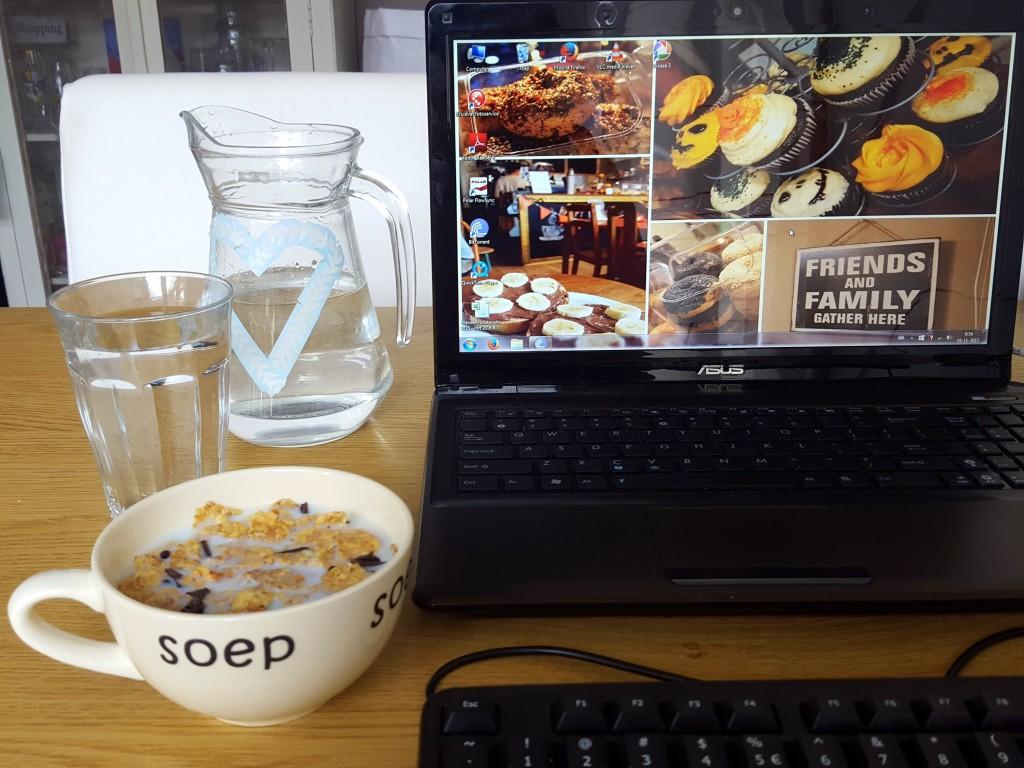 ontbijten achter de computer