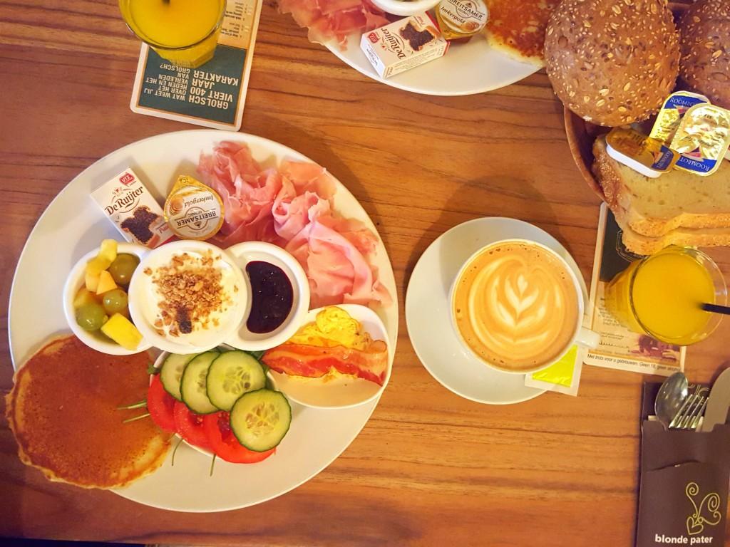 ontbijt blonde pater