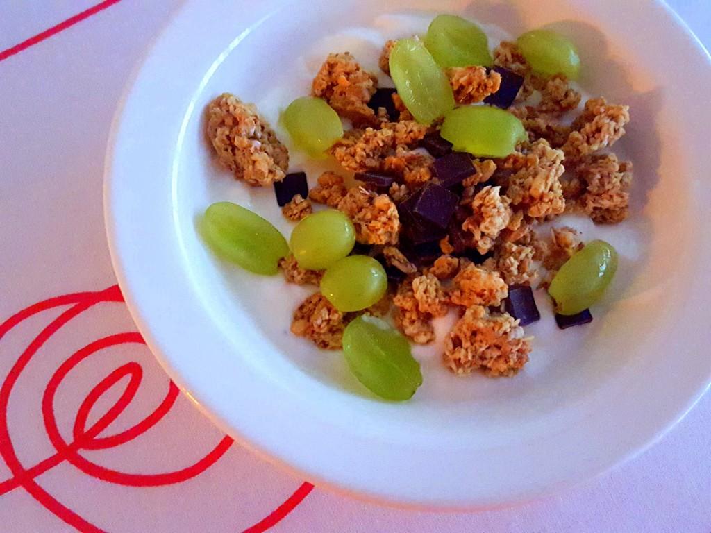 ontbijt, kwark met muesli en druiven
