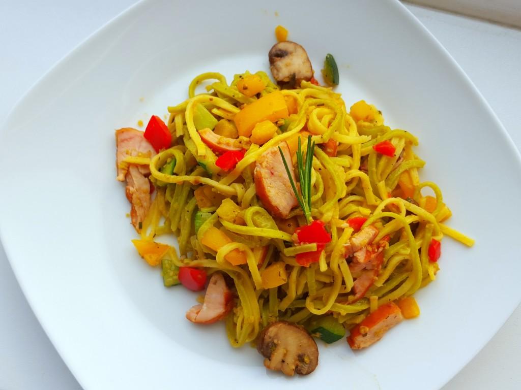 verse pasta met gerookte kip en pesto