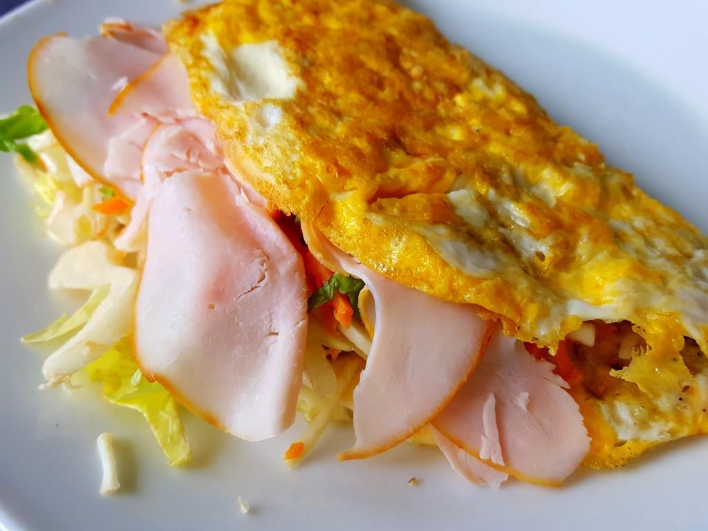 omelet met sla en kip gezonde lunch