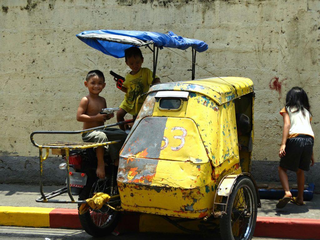manilla backpacken in de filipijnen kinderen