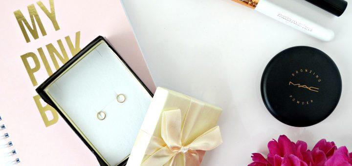 minimalistische gouden oorknopjes sieraden flatlay