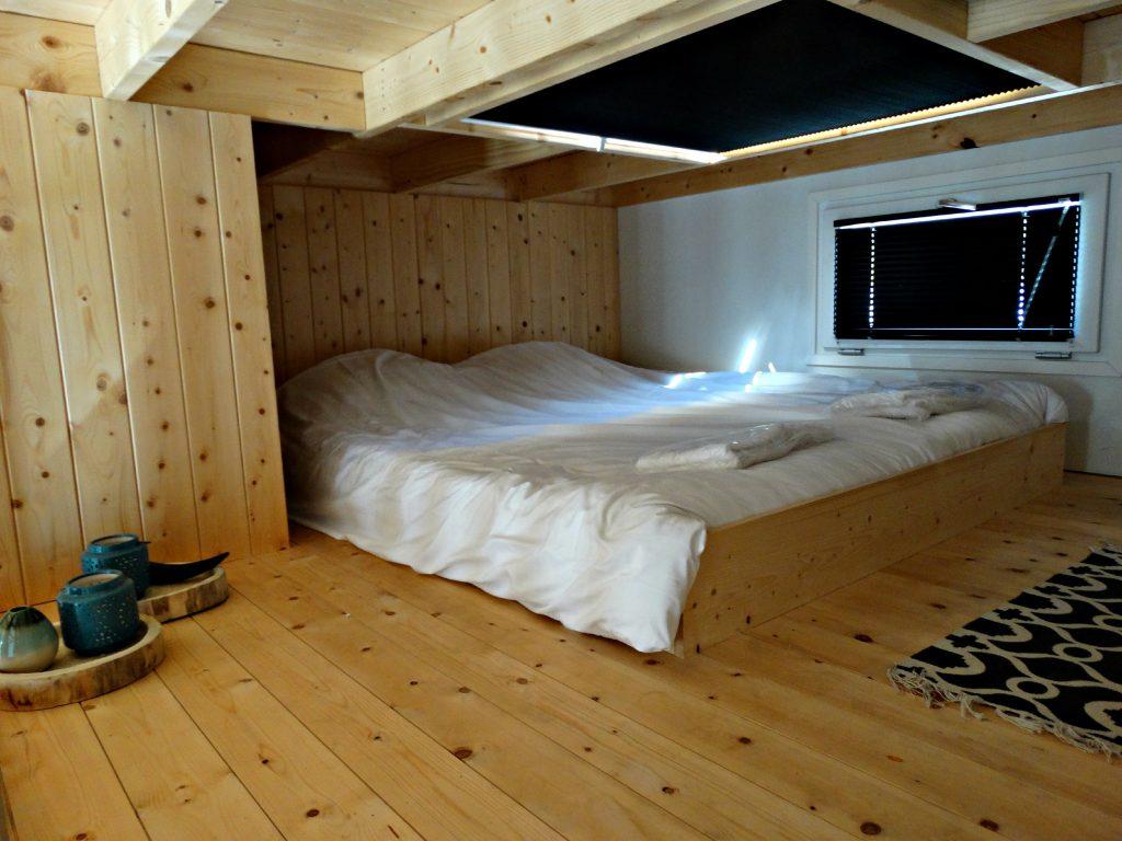 bijzonder overnachten in tiny houses bed slaapkamer
