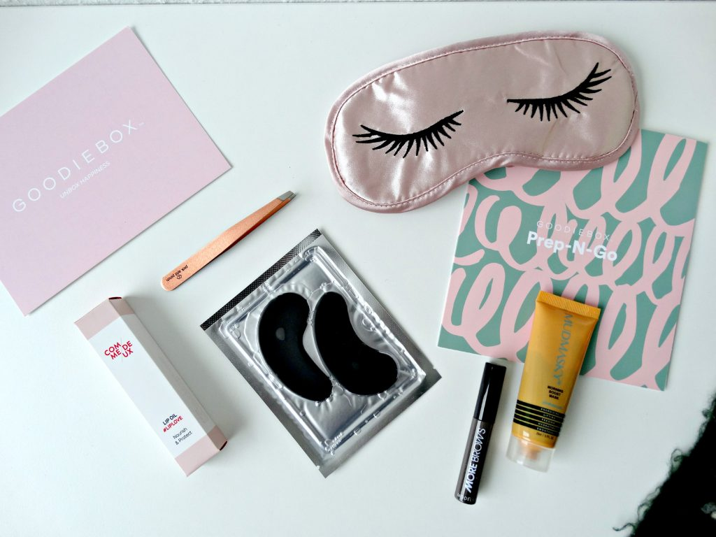 goodiebox december mudmasky wenkbrauwgel flatlay beauty tweezer slaapmasker