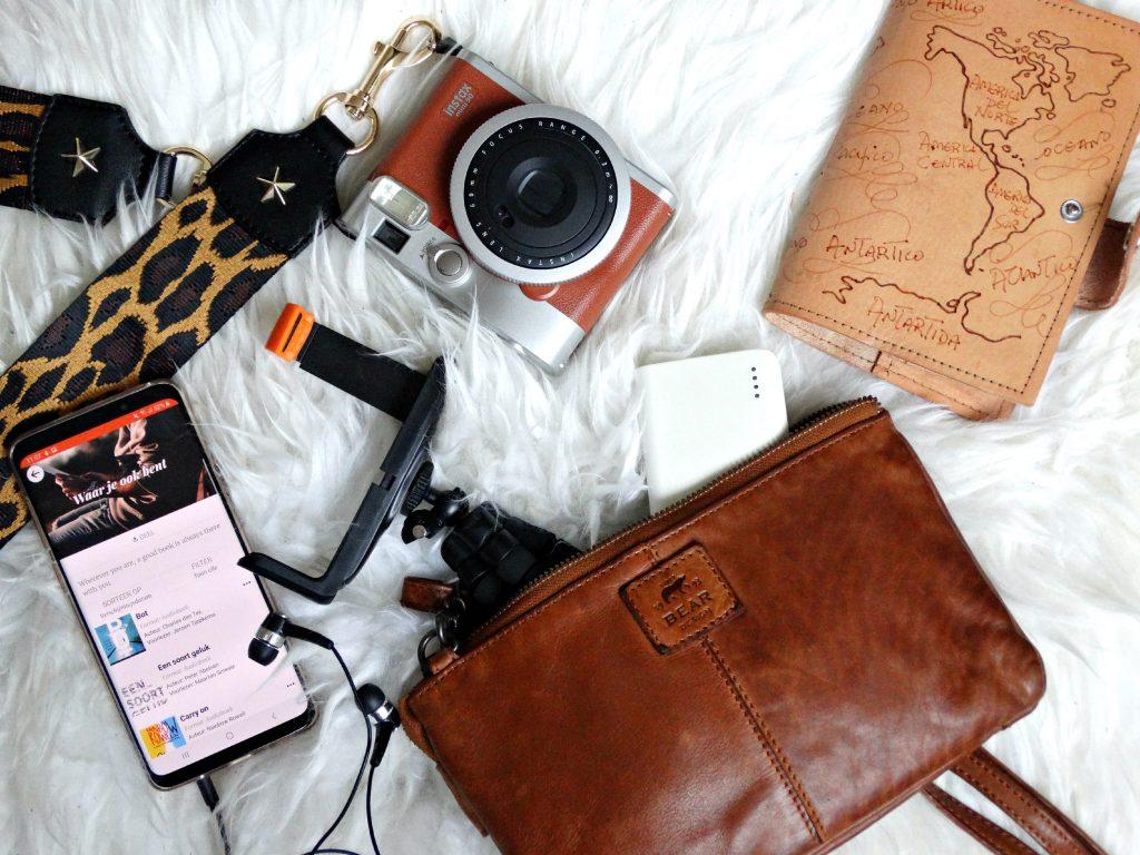 gadgets pakken voor een weekendje weg tas beardesign instax storytel
