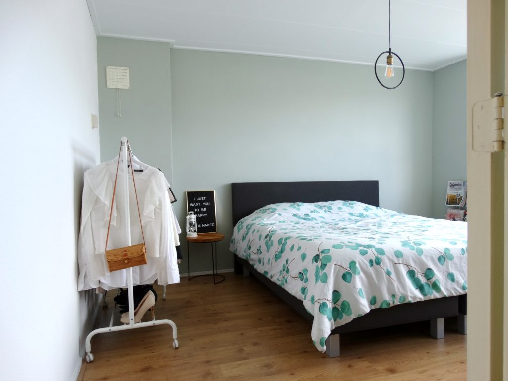 rust in de slaapkamer kledingrek
