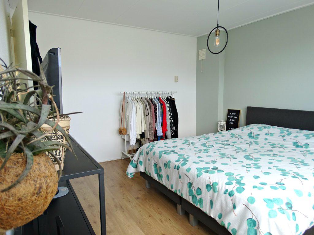 slaapkamer inrichten plant kledingrek
