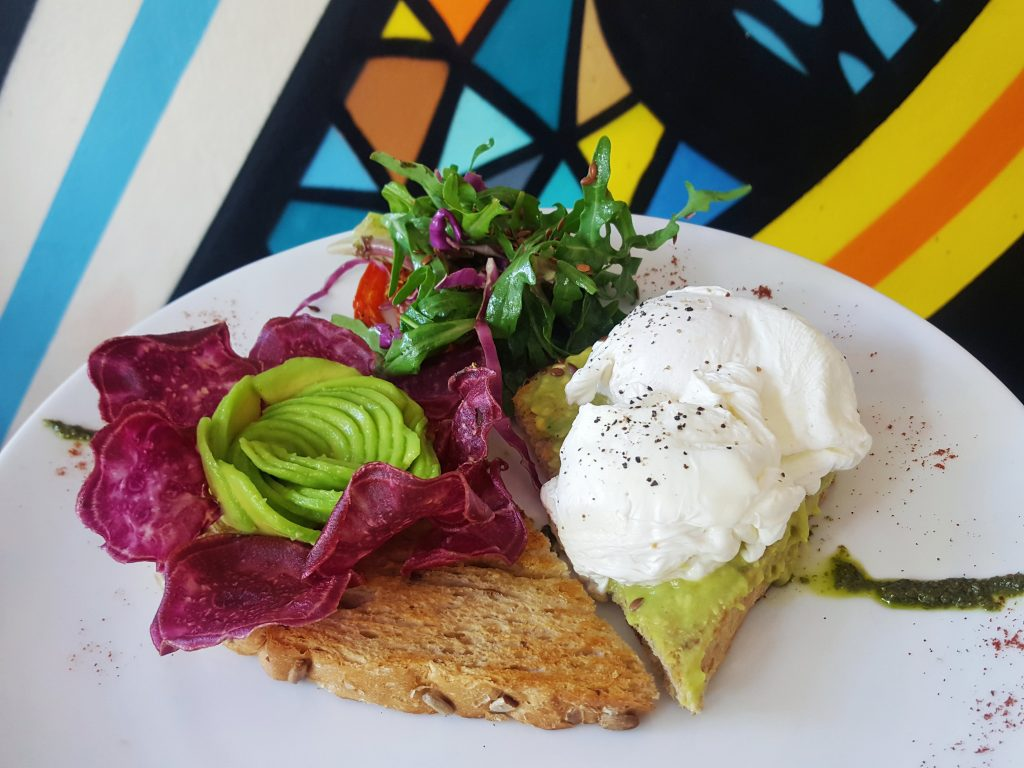 Rise and shine cafe canggu toast avocado geporcheerd ei hotspots in canggu indonesie