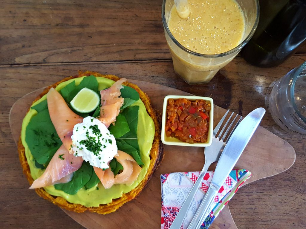 zoete aardappel wafel met avocado en ei motion cafe canggu healthy food