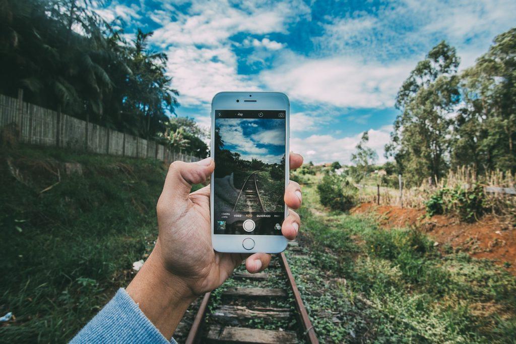 nieuwste-iphone- grass-1835542_1280